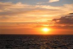Por do sol no mar Imagem de Stock