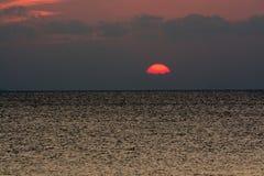 Por do sol no mar imagens de stock