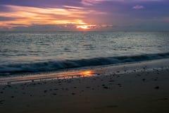 Por do sol no mar, claro - roxo, alaranjado imagens de stock royalty free