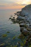 Por do sol no mar com as ondas. imagem de stock royalty free
