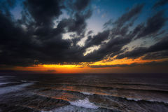 Por do sol no mar com mar áspero Fotografia de Stock Royalty Free