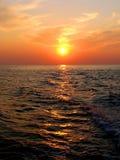 Por do sol no mar com trajeto solar Imagem de Stock