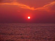 Por do sol no mar com trajeto solar Fotos de Stock
