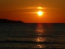 Por do sol no mar de Azov imagem de stock