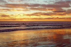 Por do sol no mar em Itália fotografia de stock
