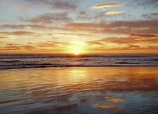 Por do sol no mar em Itália foto de stock royalty free