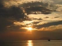 Por do sol no mar, ao leste de Tailândia Imagens de Stock