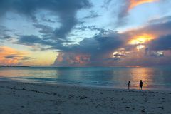 Por do sol no mar, Long Island, Bahamas imagem de stock