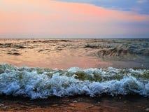 Por do sol no mar tormentoso Imagens de Stock Royalty Free