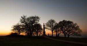 Por do sol no memorial do monte de Coombe nos montes de Chiltern fotografia de stock