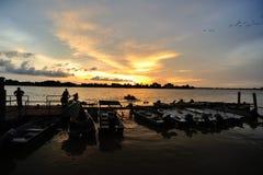Por do sol no molhe da pesca de Teluk Intan fotografia de stock
