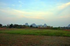 Por do sol no nome Khao Oktalu da montanha em Phatthalung Tailândia Fotografia de Stock Royalty Free