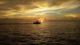 Por do sol no oceano Foto de Stock