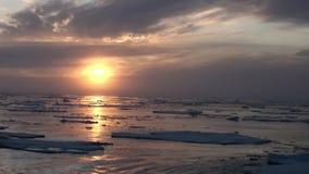 Por do sol no oceano entre iceberg e gelo no ártico filme