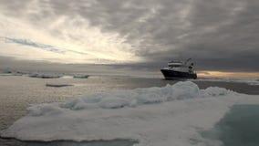 Por do sol no oceano entre iceberg e gelo no ártico vídeos de arquivo