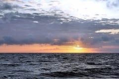 Por do sol no Oceano Pacífico filipinas Fotografia de Stock