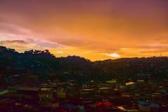 Por do sol no oeste na cidade de Baguio fotos de stock