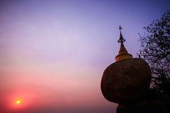 Por do sol no pagode de Kyaiktiyo fotografia de stock