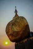Por do sol no pagode de Kyaiktiyo, Myanmar imagem de stock royalty free