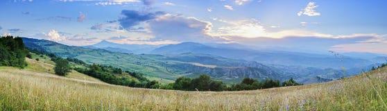 Por do sol no panorama das montanhas foto de stock