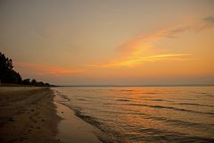 Por do sol no parque provincial da praia de Wasaga fotos de stock
