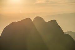 Por do sol no pico do parque nacional de Chiangdao na província de Chiangmai de Tailândia imagem de stock royalty free