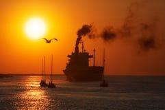 Por do sol no porto Fotografia de Stock
