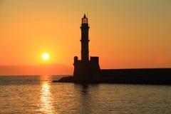 Por do sol no porto com a Creta de Chania do farol Fotos de Stock