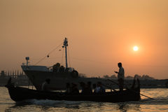 Por do sol no porto de Chittagong, Bangladesh fotos de stock royalty free