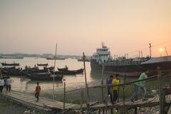 Por do sol no porto de Chittagong, Bangladesh fotografia de stock royalty free