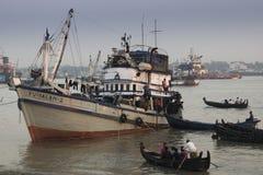 Por do sol no porto de Chittagong, Bangladesh imagem de stock royalty free