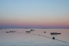 Por do sol no porto de Cres na Croácia imagem de stock