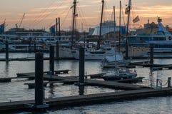 Por do sol no porto no porto de Hamburgo imagens de stock
