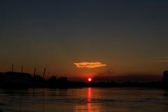 Por do sol no porto fluvial profundo Imagem de Stock