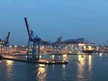 Por do sol no porto ocupado de Hamburgo imagens de stock