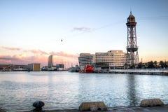 Por do sol no porto Vell em Barcelona, Espanha foto de stock