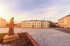 Por do sol no quadrado de Marii Panny em Kielce, Polônia imagens de stock