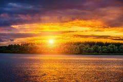 Por do sol no rio Imagens de Stock