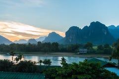 Por do sol no rio da música, Vang Vieng imagens de stock royalty free