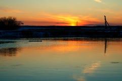 Por do sol no rio de Miass imagem de stock