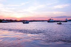 Por do sol no rio de Yangon em Yangon Myanmar Fotografia de Stock