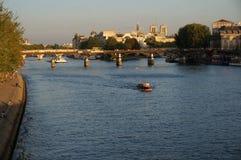 Por do sol no Seine River Imagens de Stock