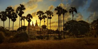 Por do sol no templo budista, stupa, em Bagan foto de stock royalty free