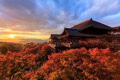Por do sol no templo de Kiyomizu-dera em Kyoto Imagens de Stock