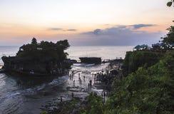 Por do sol no templo do lote de Tanah em Bali Fotos de Stock Royalty Free