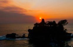Por do sol no templo do lote de Tanah, ilha de Bali, Indonésia Imagens de Stock