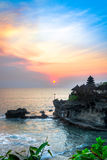 Por do sol no templo do lote de Tanah, ilha de Bali, Indonésia Imagens de Stock Royalty Free