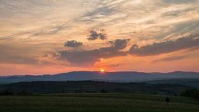 Por do sol no Time Lapse do prado rural da montanha e do céu nebuloso vídeos de arquivo