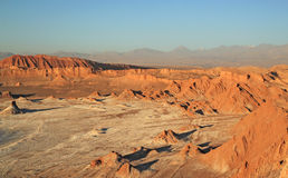 Por do sol no vale da lua, San Pedro de Atacama, o Chile Fotografia de Stock