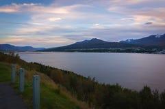 Por do sol norte de Islândia que negligencia o mar islandês imagem de stock
